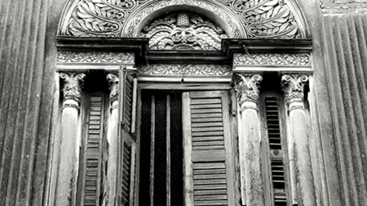 A window at Dey Pada shows the melange of European proportions and Indian detailing